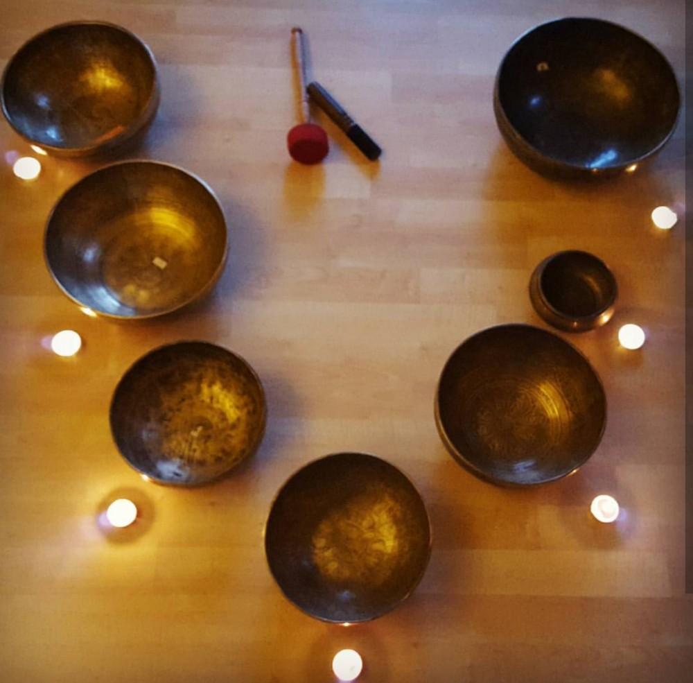 6 varnished mangkok with 6 candles in a wooden table.
