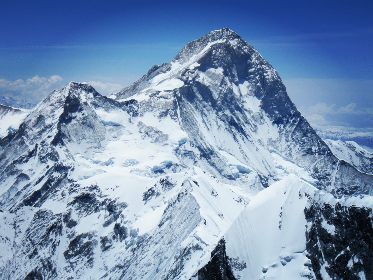 a picture of Mount Everest covered with snow